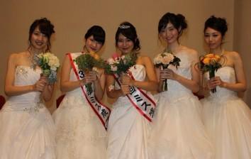 写真左から、文学部3年の松尾智奈美さん、準グランプリの大地志穂さん、グランプリの土谷梓さん、経済学部1年の梶原有希さん、文学部3年の鈴木麻友さん