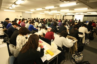"""""""自己PR作成ワークショップ""""に取り組む学生"""